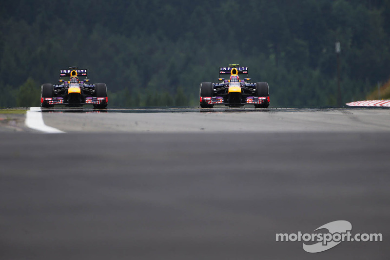 (L naar R): Sebastian Vettel, Red Bull Racing RB9 en Mark Webber, Red Bull Racing RB9