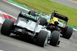 Charles Pic, Caterham CT03 lidera a Lewis Hamilton, Mercedes AMG F1 W04