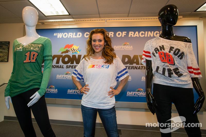 Alyssa Milano presenteert haar kledinglijn Touch by Alyssa Milano voor vrouwelijke NASCAR fans
