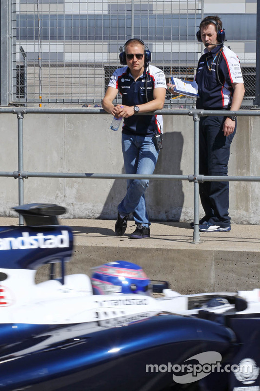Valtteri Bottas, Williams observa Susie Wolff, Williams FW35 piloto de desenvolvimento deixar os pit