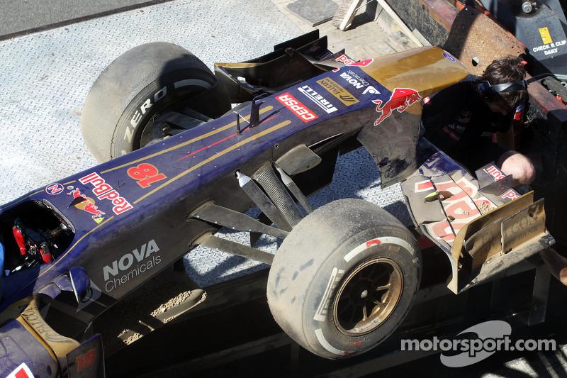 The Scuderia Toro Rosso STR8 of Daniil Kvyat, Scuderia Toro Rosso Test Driver is recovered back to t