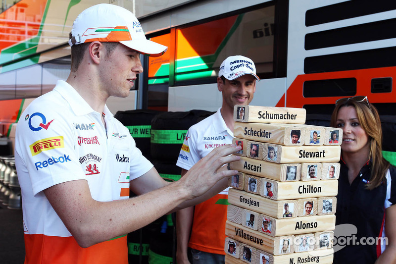 (L naar R): Paul di Resta, Sahara Force India F1 en teamgenoot Adrian Sutil, Sahara Force India F1 spelen de Sky Sports F1 Horse Power Tower met Natalie Pinkham, Sky Sports-presentator