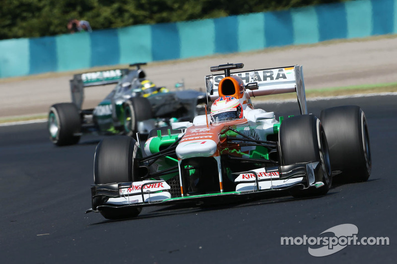 Paul di Resta, Sahara Force India VJM06 leads Nico Rosberg, Mercedes AMG F1 W04