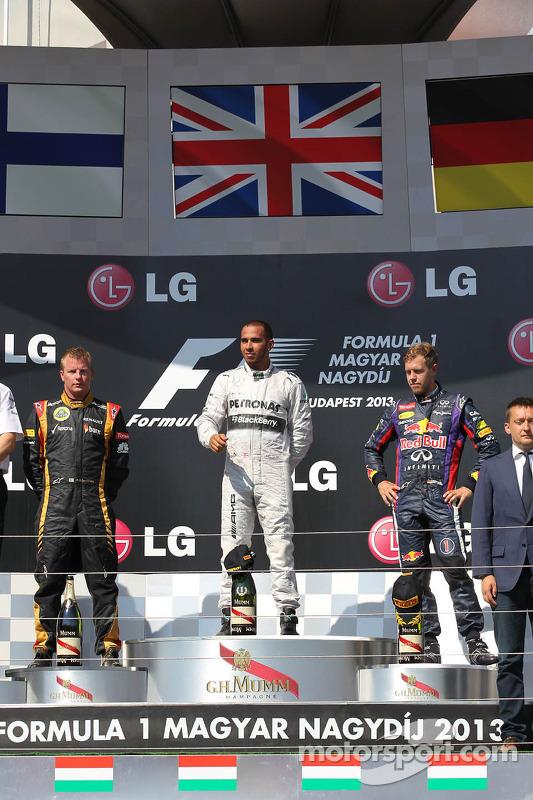 primeiro colocado Lewis Hamilton, Mercedes AMG F1 W04 com segundo colocado Kimi Raikkonen, Lotus F1