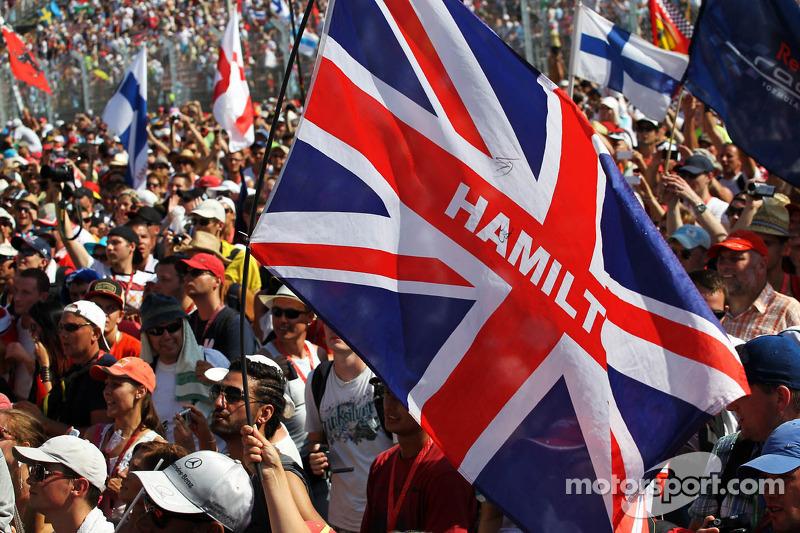 Een vlag voor Lewis Hamilton, Mercedes AMG F1 bij het podium