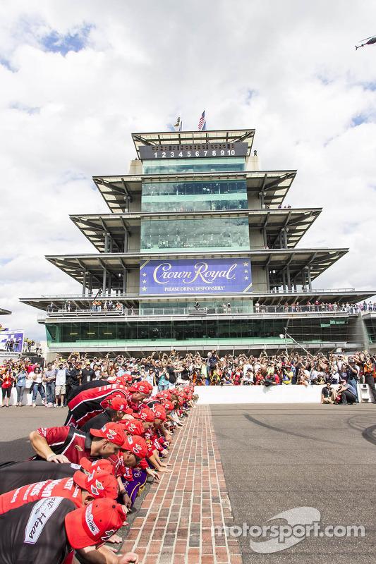 O vencedor Ryan Newman, Stewart-Haas Racing Chevrolet