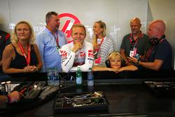 Гонщик Haas F1 Кевин Магнуссен в окружении своей семьи; справа – Ян Магнуссен