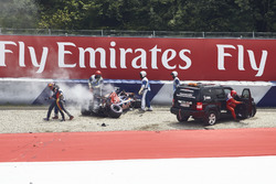 После аварии: Даниил Квят, Scuderia Toro Rosso