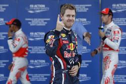 Sebastian Vettel, Red Bull Racing RB7 Renault, fête sa pole