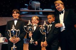 Mika Hakkinen donne les trophées à Gary Paffett, Tom Sisley et Lewis Hamilton