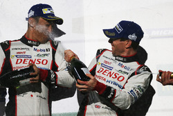 Podium: winnaars Sébastien Buemi, Anthony Davidson, Toyota Gazoo Racing