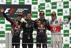 Podio: il secondo classificato Sebastian Vettel, Red Bull Racing, Will Courtney, Stratega, Red Bull, il vincitore della gara Mark Webber, Red Bull Racing, il terzo classificato Jenson Button, McLaren