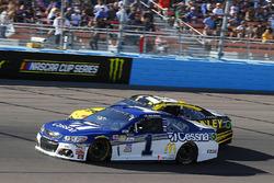 Jamie McMurray, Chip Ganassi Racing Chevrolet and Daniel Suarez, Joe Gibbs Racing Toyota