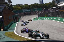 Lewis Hamilton, Mercedes AMG F1 W08, Pierre Gasly, Scuderia Toro Rosso STR12, Marcus Ericsson, Sauber C36
