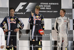 Podio: il secondo classificato Mark Webber, Red Bull Racing, il vincitore della gara Sebastian Vettel, Red Bull Racing, il terzo classificato Jenson Button, Brawn GP