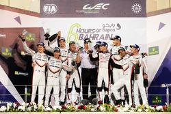 Podium LMP1: racewinnaars Sébastien Buemi, Anthony Davidson, Kazuki Nakajima, Toyota Gazoo Racing, tweede plaats Timo Bernhard, Earl Bamber, Brendon Hartley, Porsche Team en derde plaats Neel Jani, Andre Lotterer, Nick Tandy, Porsche Team