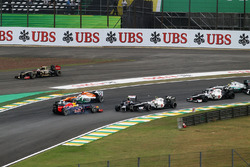 Bruno Senna, Williams FW34, Sebastian Vettel, Red Bull Racing RB8 en Sergio Perez, Sauber C31 aanrijding bij de start