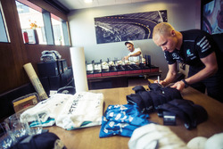 Льюіс Хемілтон, Валттері Боттас, Mercedes AMG F1, роздають автографи