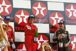 Podio: ganador de la carrer Alain Prost, segundo lugar Niki Lauda, tercer lugar Nigel Mansell