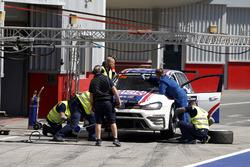 Pit stop, #130 Liqui Moly Team Engstler Volkswagen Golf GTi TCR: Luca Engstler, Florian Thoma, Benjamin Leuchter, Jean Karl Vernay