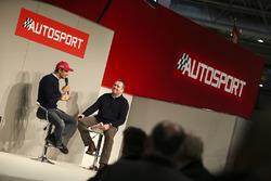 Emanuele Pirro parle à Henry Hope-Frost sur la scène Autosport