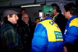 Jackie Stewart, parla con Michael Schumacher e Riccardo Patrese, Benetton