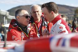 Пилот Citroën World Rally Team Крис Мик и глава концерна PSA Карлос Таварес