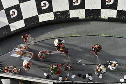 #54 CORE autosport ORECA LMP2, P: Джон Беннет, Колін Браун, Ромен Дюма, Лоік Дюваль, #31 Action Express Racing Cadillac DPi, P: Ерік Каррен, Майк Конвей, Стюарт Міддлтон, Феліпе Наср, #5 Action Express Racing Cadillac DPi, P: Жоау Барбоза, Крістіан Фіттіпальді, Філіпе Альбукерк святкують перемогу на сходинці подіуму з шампанським