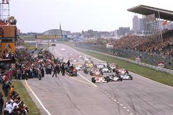 Arrancada: James Hunt, McLaren M26 líder