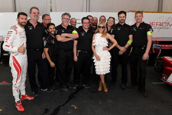 Kylie Minogue con il pilota Jose Maria Lopez, Dragon Racing, the Dragon Racing team