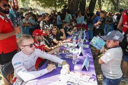 Felix Rosenqvist, Mahindra Racing signe un autographe pour un jeune fan