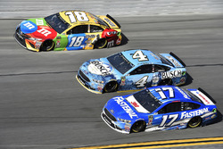 Kyle Busch, Joe Gibbs Racing Toyota, Kevin Harvick, Stewart-Haas Racing Ford Fusion, Ricky Stenhouse Jr., Roush Fenway Racing Ford Fusion