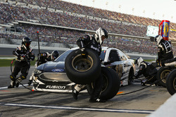 Aric Almirola, Stewart-Haas Racing Ford Fusion pit stop