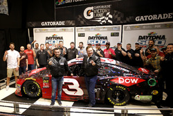 Austin Dillon, Richard Childress Racing Chevrolet Camaro met Crew chief Justin Alexander en eigenaar Richard Childress met het team