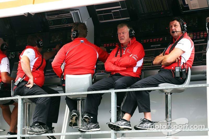 Andy Webb, Marussia F1 Team CEO en Dave O'Neill, Marussia F1 Team Manager, aan de pitmuur