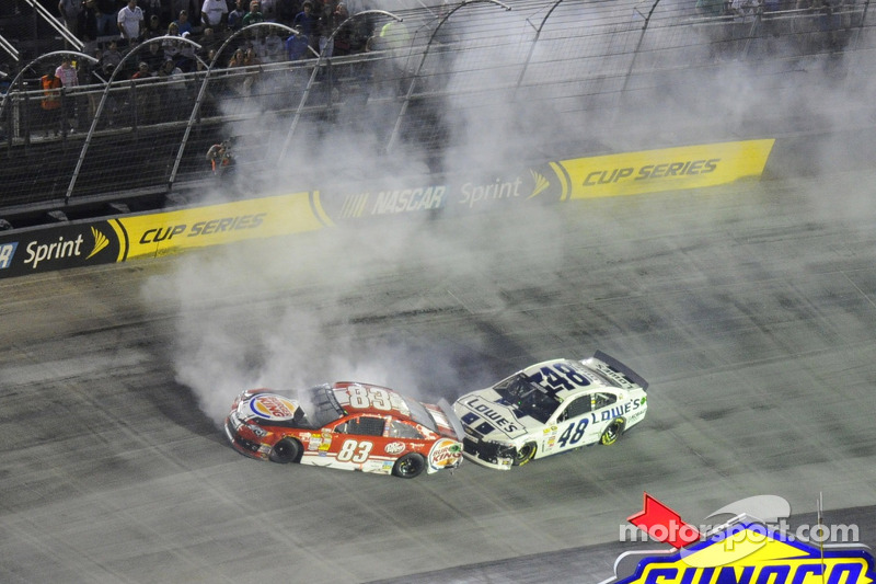 Crash voor David Reutimann, BK Racing Toyota en Jimmie Johnson, Hendrick Motorsports Chevrolet