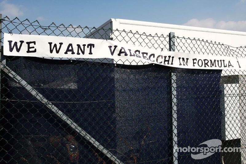 Een banner voor Davide Valsecchi, derde rijder Lotus F1