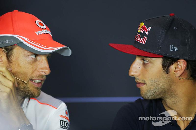(L naar R): Jenson Button, McLaren en Daniel Ricciardo, Scuderia Toro Rosso bij de FIA-persconferent