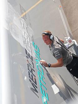 Mercedes AMG F1 truck wordt schoongemaakt door een monteur