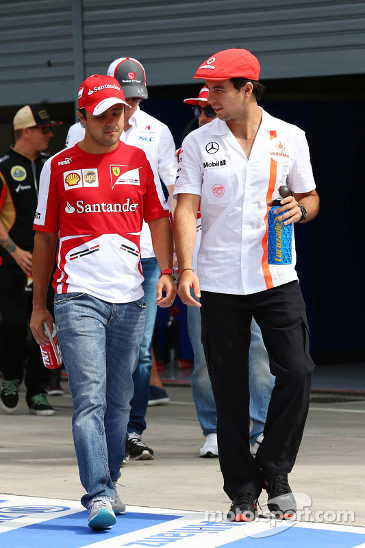 (Da esquerda para direita): Felipe Massa, Ferrari, e Sergio Perez, McLaren, no desfile dos pilotos