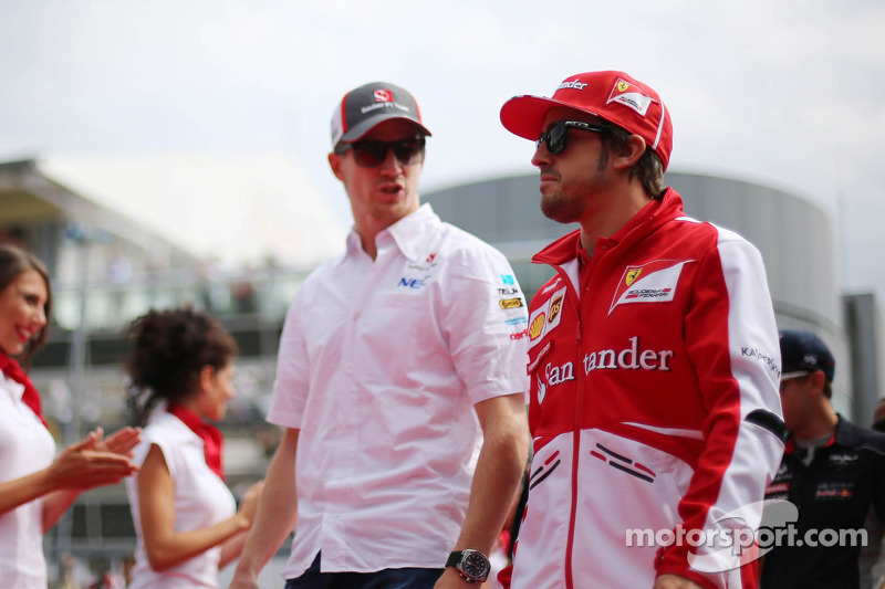 (L naar R): Nico Hulkenberg, Sauber en Fernando Alonso, Ferrari bij de rijdersparade