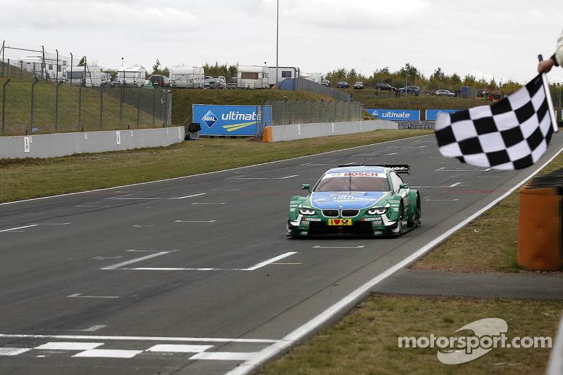 Finishvlag voor Augusto Farfus, BMW Team RBM BMW M3 DTM