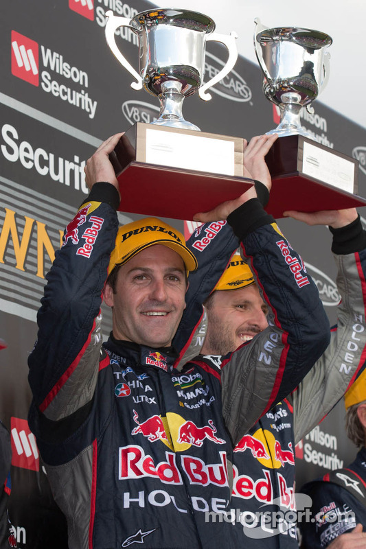 Os vencedores Jamie Whincup e Paul Dumbrell, Red Bull Holden comemoram