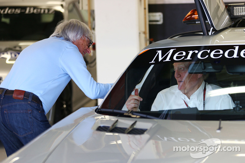 Bernie Ecclestone, CEO Formula One Group, met Ron Walker, Chairman of the Australian GP Corporation in de FIA Safety Car