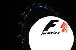 Globo de iluminación con el logo F1 en el paddock