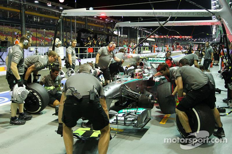 Lewis Hamilton, Mercedes AMG F1 W04 en pit stop