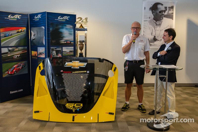 Amerikaanse coureurs bij het Le Mans-evenement: Doug Fehan en ACO President Pierre Fillon