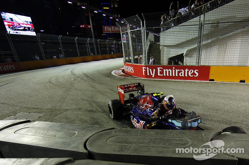 Daniel Ricciardo, Scuderia Toro Rosso STR8 valt uit na een crash