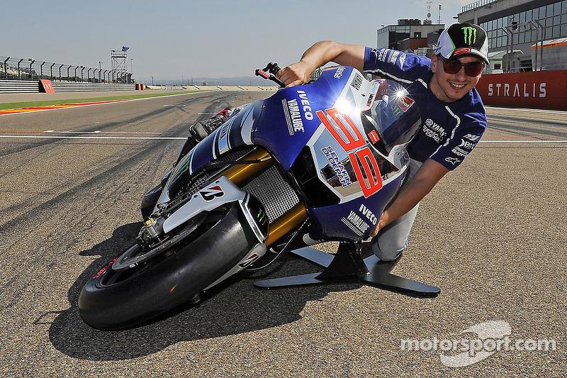 Jorge Lorenzo haciendo una demostración durante el GP de Aragón 2013 del ángulo de inclinación que puede alcanzar con la Yamaha