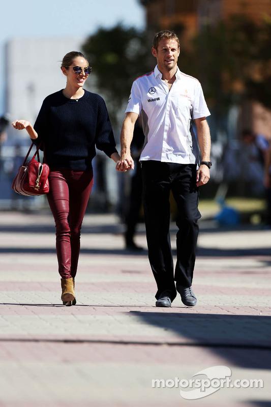 Jenson Button, McLaren com sua namorada Jessica Michibata (JPN)